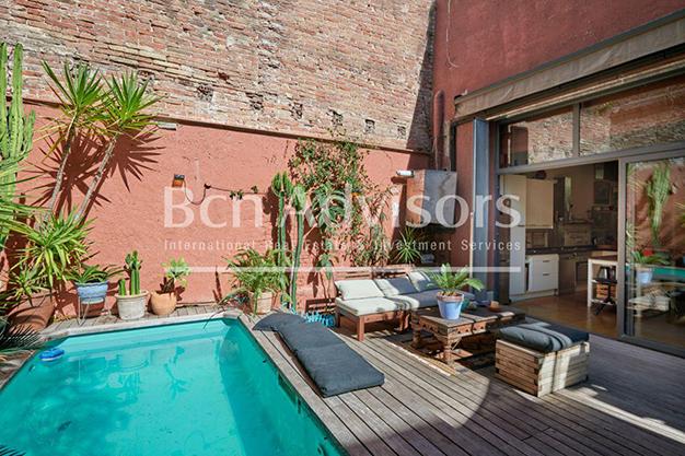 terraza barcelona 1 - Este amplio apartamento con piscina en Barcelona es ideal para descansar y disfrutar de la ciudad