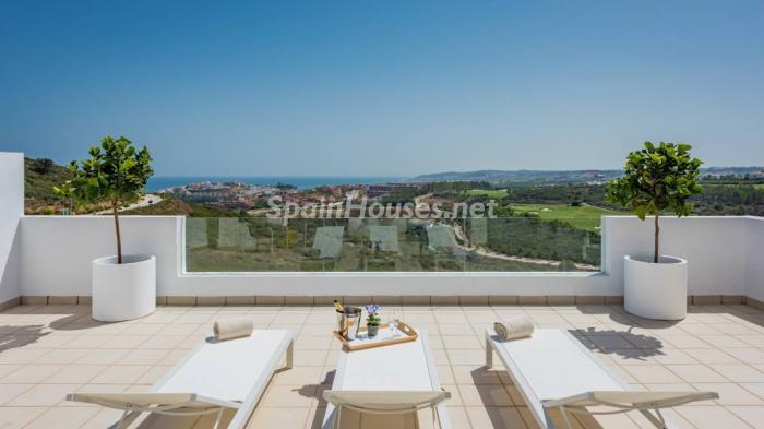 """terraza casares4 - Espectacular terraza de sol, bonito ambiente """"chill out"""" y vistas al mar en Casares (Málaga)"""