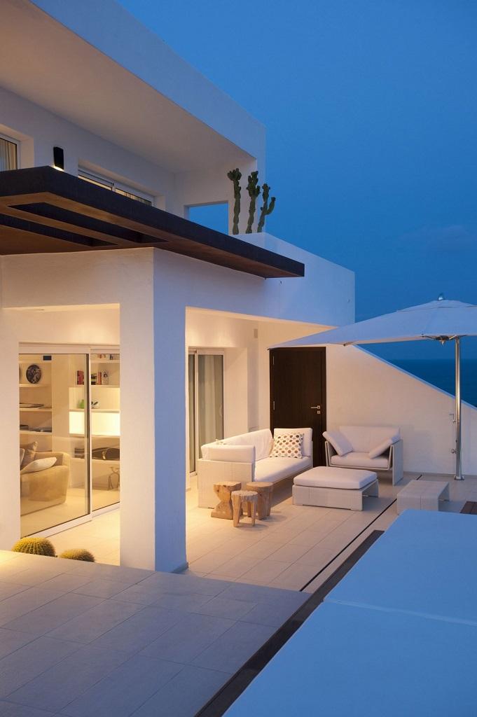 terraza nocturna1 - Preciosa villa en Ibiza de espectacular y radiante blanco minimalista junto al mar