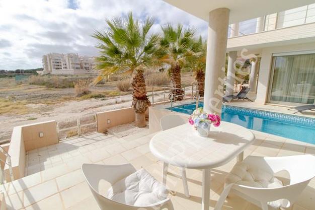 terraza1 20 - La casa de tus sueños es este chalet de lujo en Alicante situado junto al mar