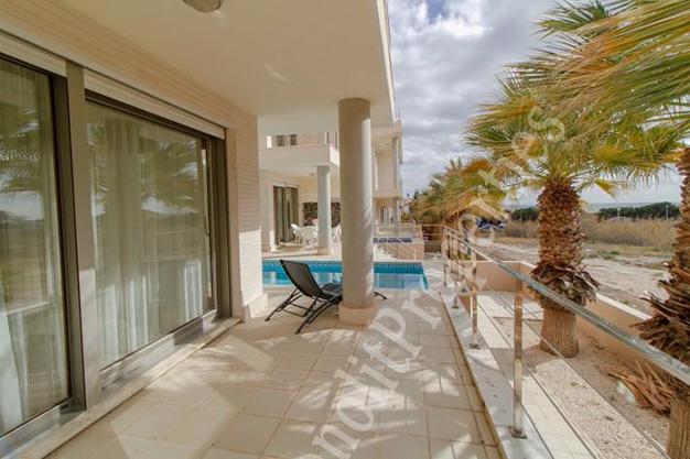 terraza2 13 - La casa de tus sueños es este chalet de lujo en Alicante situado junto al mar