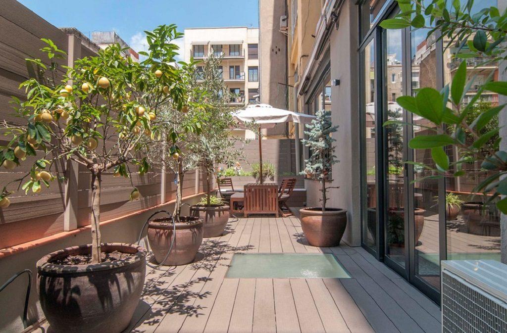 terraza2b 1024x673 - Piso modernista en el Eixample (Barcelona): fusión espectacular de luz y elegancia