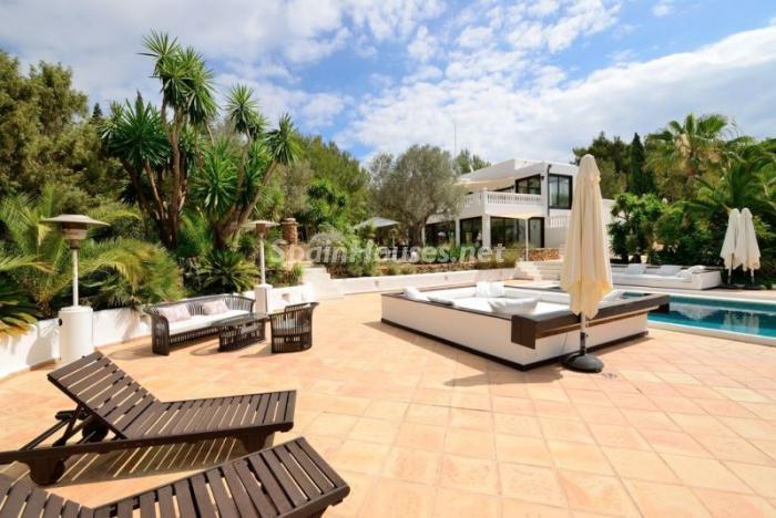 terrazas - Bonita villa en Santa Eulalia (Ibiza, Baleares): toque mediterráneo y mucha privacidad
