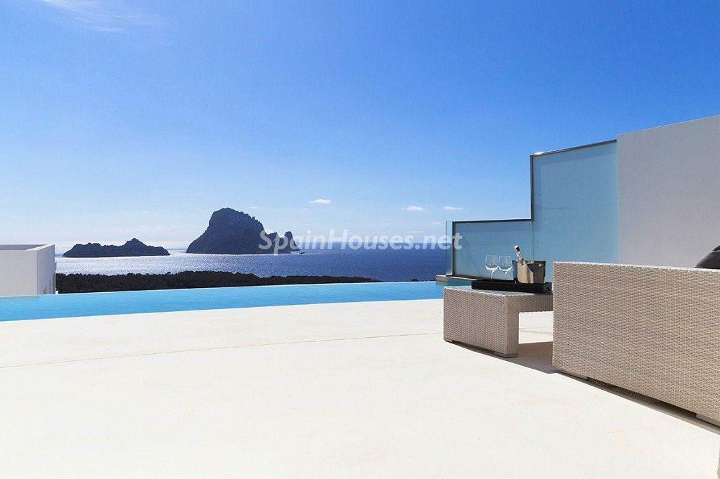 terrazaypiscina 2 1024x682 - Lujo minimalista para una escapada de vacaciones frente a Es Vedrà, Ibiza (Baleares)