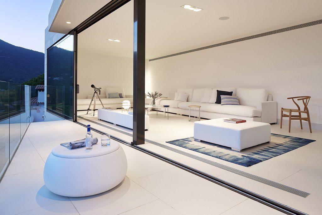 terrazaysalon atardecer 1024x683 - Casa de diseño bañada por el sol en Santa Cristina d'Aro, Girona (Costa Brava)