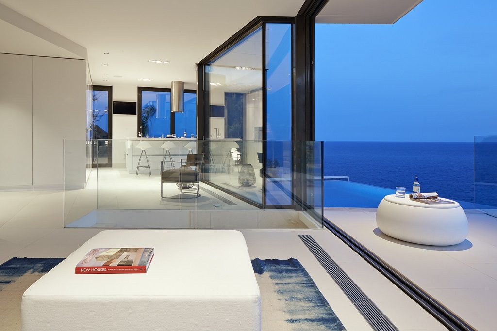 terrazaysalon atardecer1 1024x683 - Casa de diseño bañada por el sol en Santa Cristina d'Aro, Girona (Costa Brava)