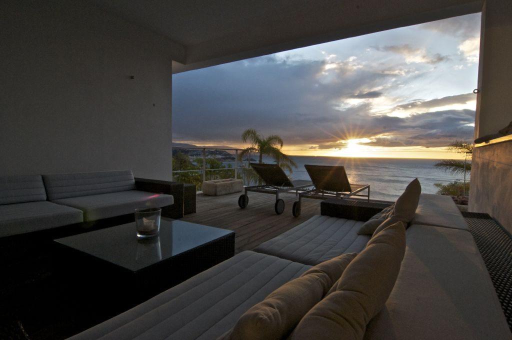 terrazaysalon nocturna 1024x680 - Unas vacaciones de ensueño en Punta de la Mona, La Herradura (Granada), frente al mar