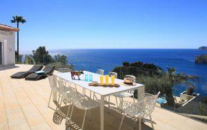 terreza mesa 300x189 - ¿Vivirías en la playa o en la montaña?