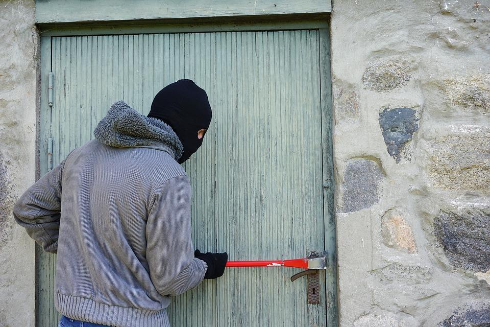 thief 1562699 960 720 - Consejos para evitar robos en casa en verano