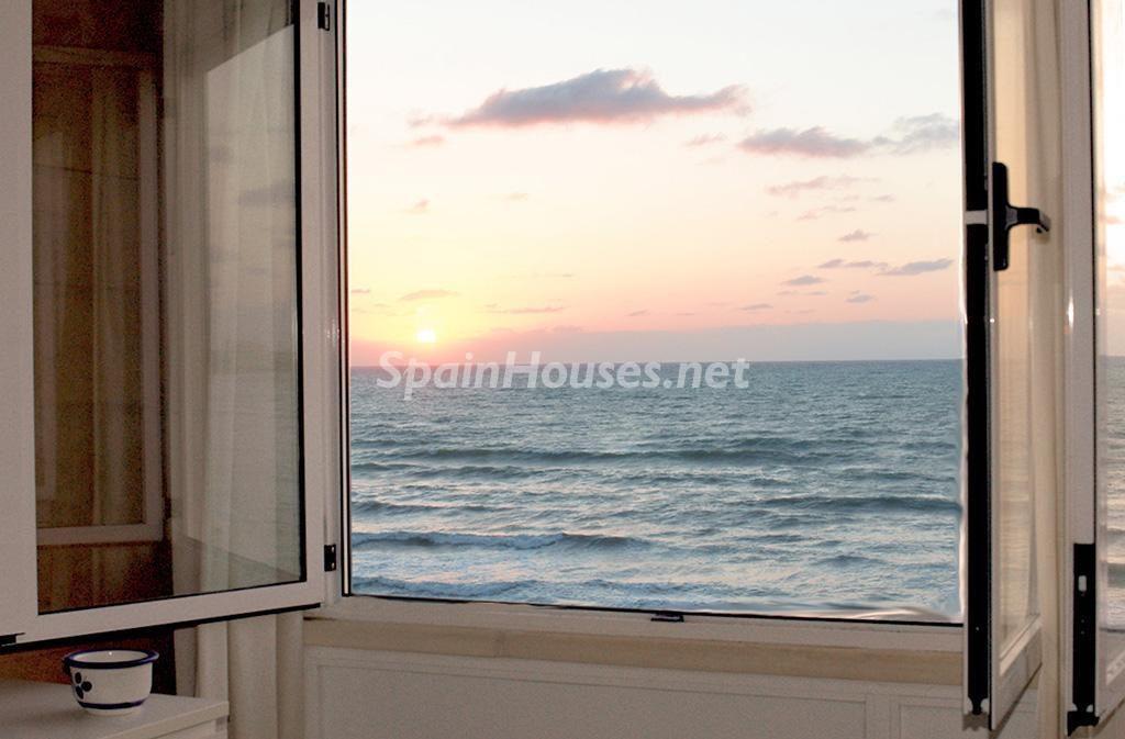 torrevieja alicante 2 1024x673 - Primera línea de playa: 14 bonitos apartamentos y pisos para disfrutar junto al mar