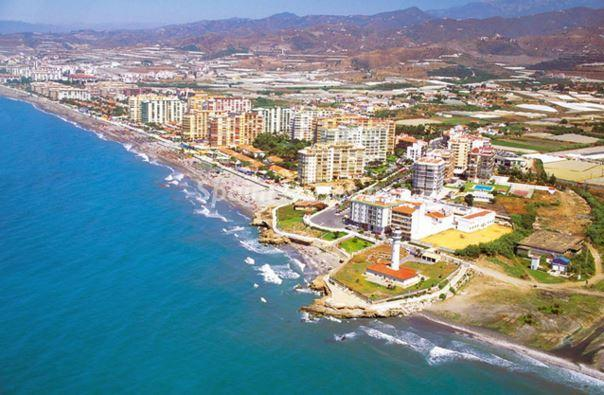 torrox costa 1 - La urbanización de la primera línea de costa crece en 24 años un 33% más