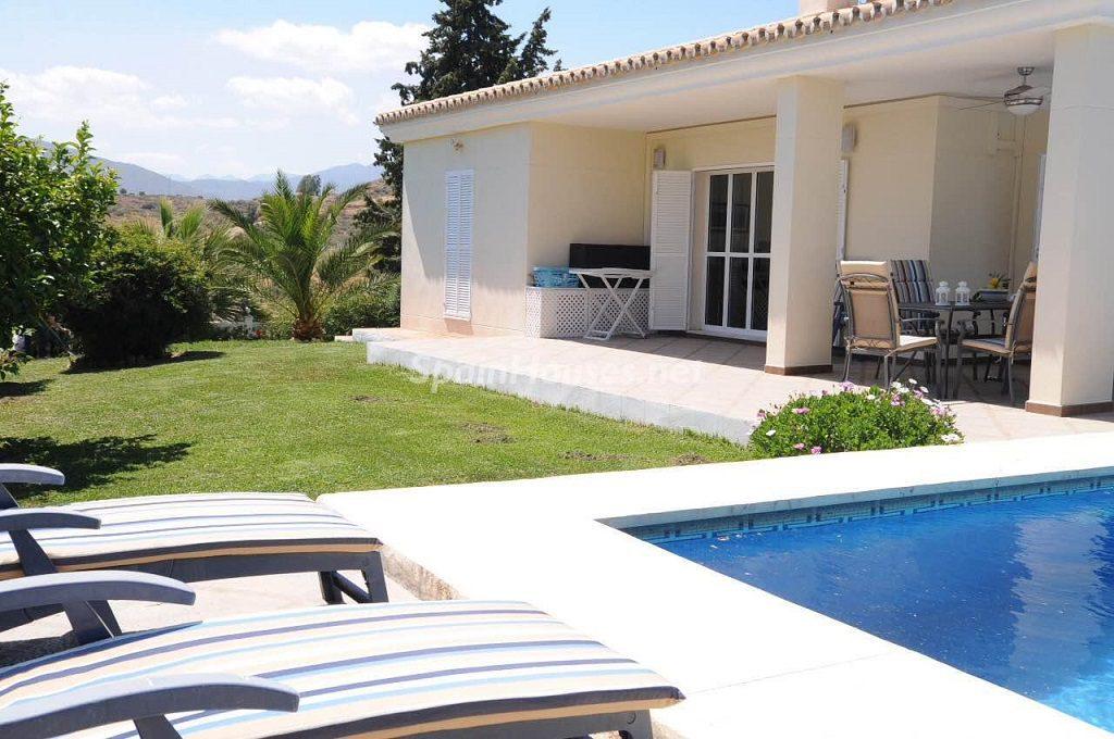 tumbunasypiscina 1024x680 - Coqueta villa en Mijas Golf (Costa del Sol, Málaga), con piscina y un bonito porche para disfrutar