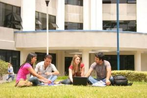 universitarios 300x200 - Pisos en alquiler: el precio y la ubicación como prioridades de los estudiantes