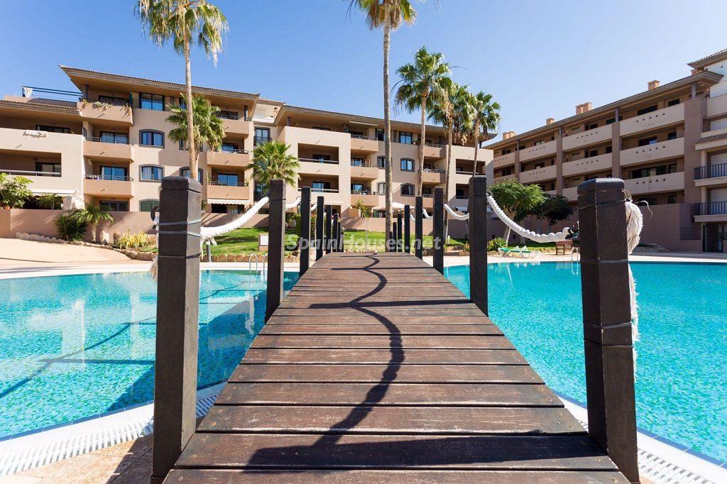 urbanizacion piscina 1024x682 - Sencilla simetría y vistas al mar en un apartamento en Playa Paraíso, Adeje (Tenerife)