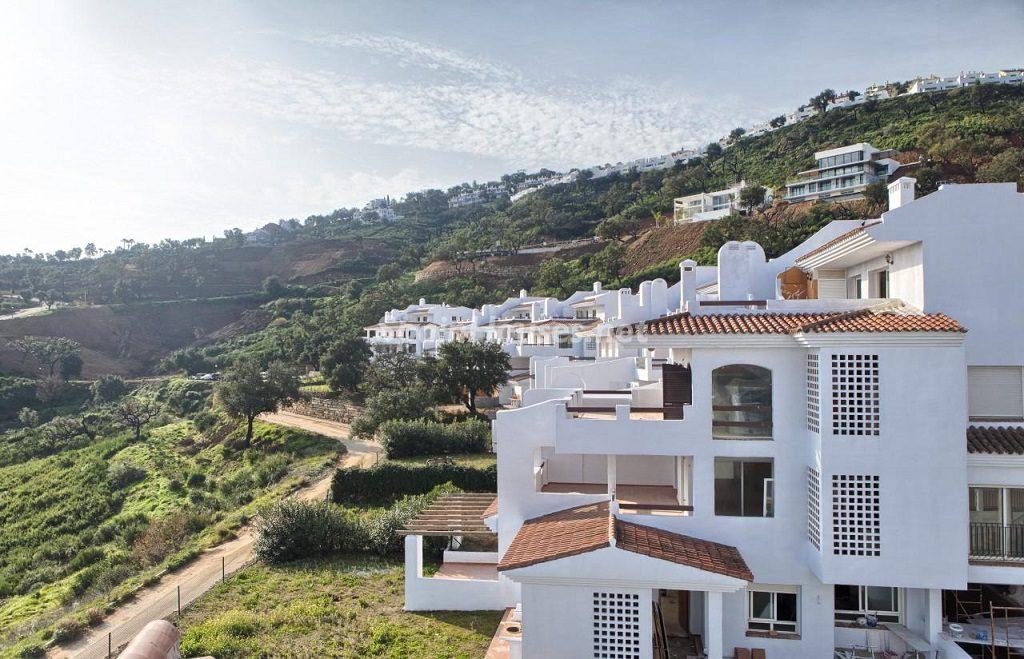 urbanizacion1 1 1024x659 - Precioso piso a estrenar en la Sierra de las Nieves (Istán, Marbella), naturaleza a 15 km del mar