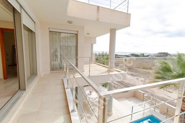 ventanal2 - La casa de tus sueños es este chalet de lujo en Alicante situado junto al mar
