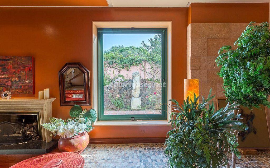 ventanalychimenea 1024x636 - Lujosa serenidad clásica en una espectacular casa en Las Palmas de Gran Canaria