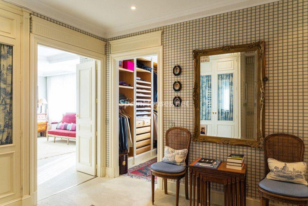 vestidor 4 1024x684 - Fantástica casa con piscina y un hermoso jardín en Villanueva de la Cañada (Madrid)