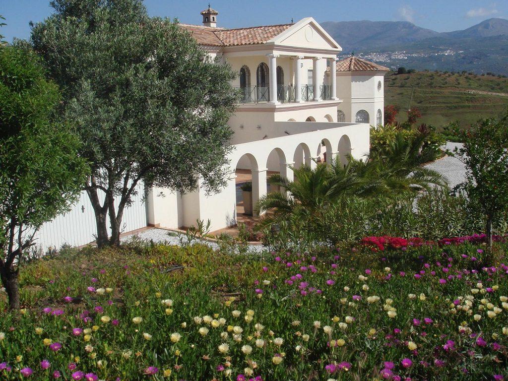 viñuela malaga 1024x768 - 15 viviendas que ya se visten de primavera: flores y espacios abiertos para disfrutar