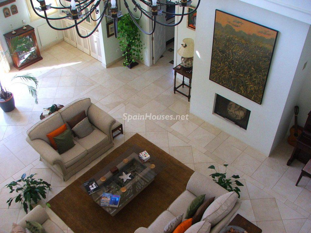 vinuela malaga 1024x768 - Toque clásico y moderno en 11 cálidos salones de elegante lujo otoñal