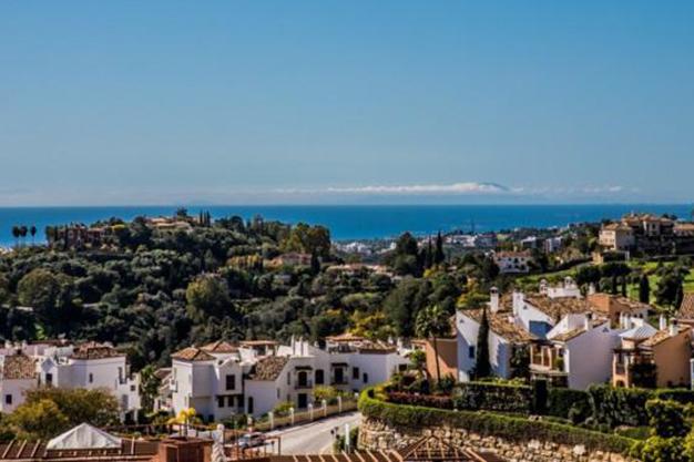 vistas benahavis - Vive rodeado de espacios verdes con este apartamento de lujo en Málaga