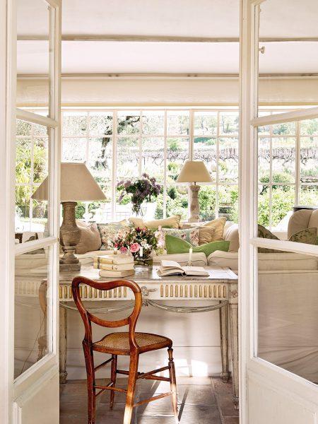 zona de escritorio en el salon 959x1280 450x600 - La Ferme du Bon Dieu: Una granja convertida en casa que alberga una historia de amor